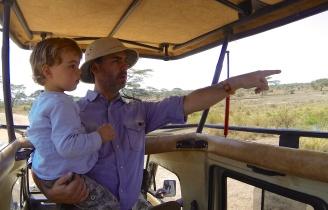 Observando animales salvajes en el Serengeti
