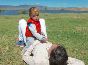 Simón encima de mamá en Ngorongoro